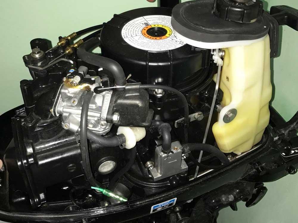 Лодочный мотор под крышкой