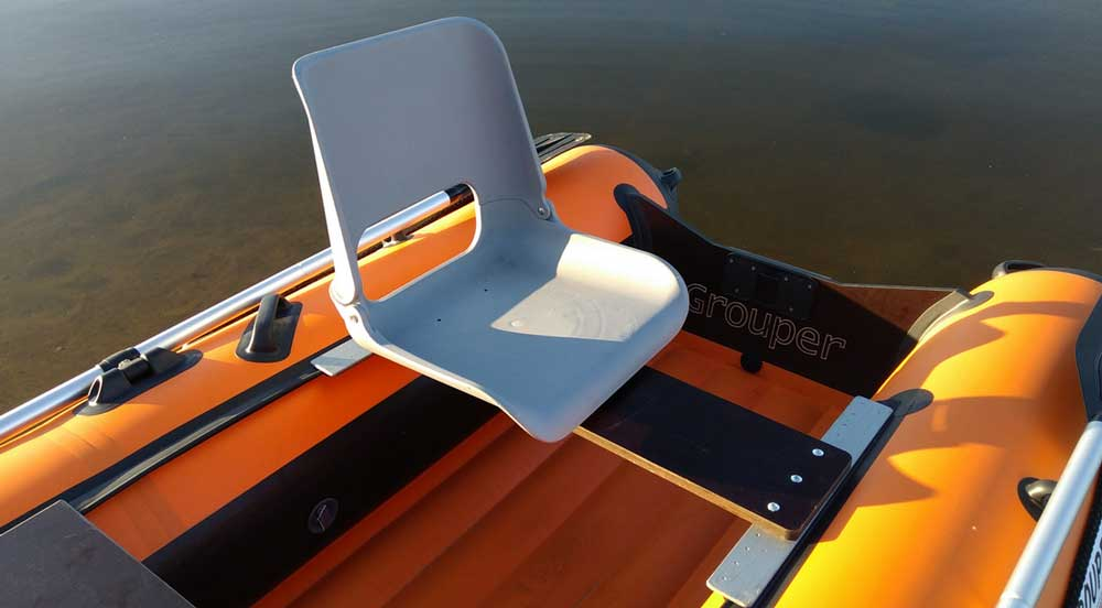Пластиковое поворотное кресло в лодку