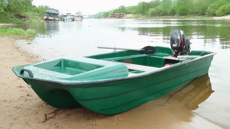 Пластиковая лодка с мотором