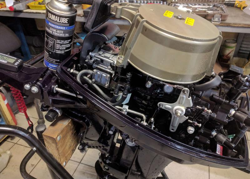Внешняя очистка лодочного мотора и обработка спреем
