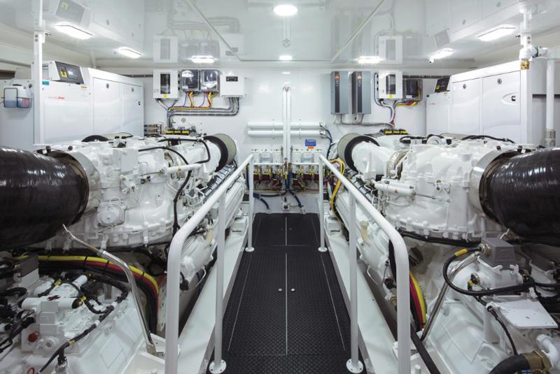Двигатели MTU в машинном отделении большой яхты